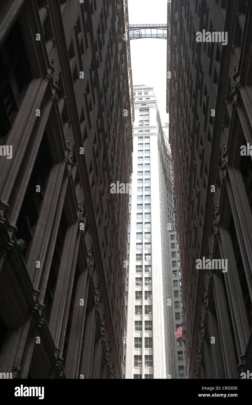 Paso angosto entre edificios altos cerca uno del otro desde una vista del gusano, el distrito financiero de Manhattan Imagen De Stock
