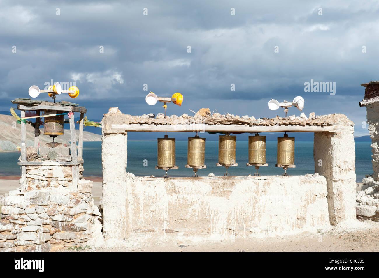 La energía eólica, ruedas de oración impulsados por el viento, Chiu Gompa Monasterio encima del Lago Imagen De Stock
