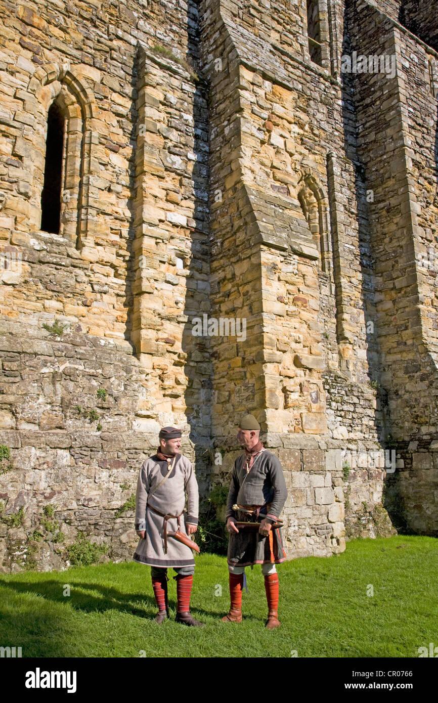 En el Reino Unido. Inglaterra. Abadía de Battle. East Sussex. Dos hombres en trajes medievales. Imagen De Stock