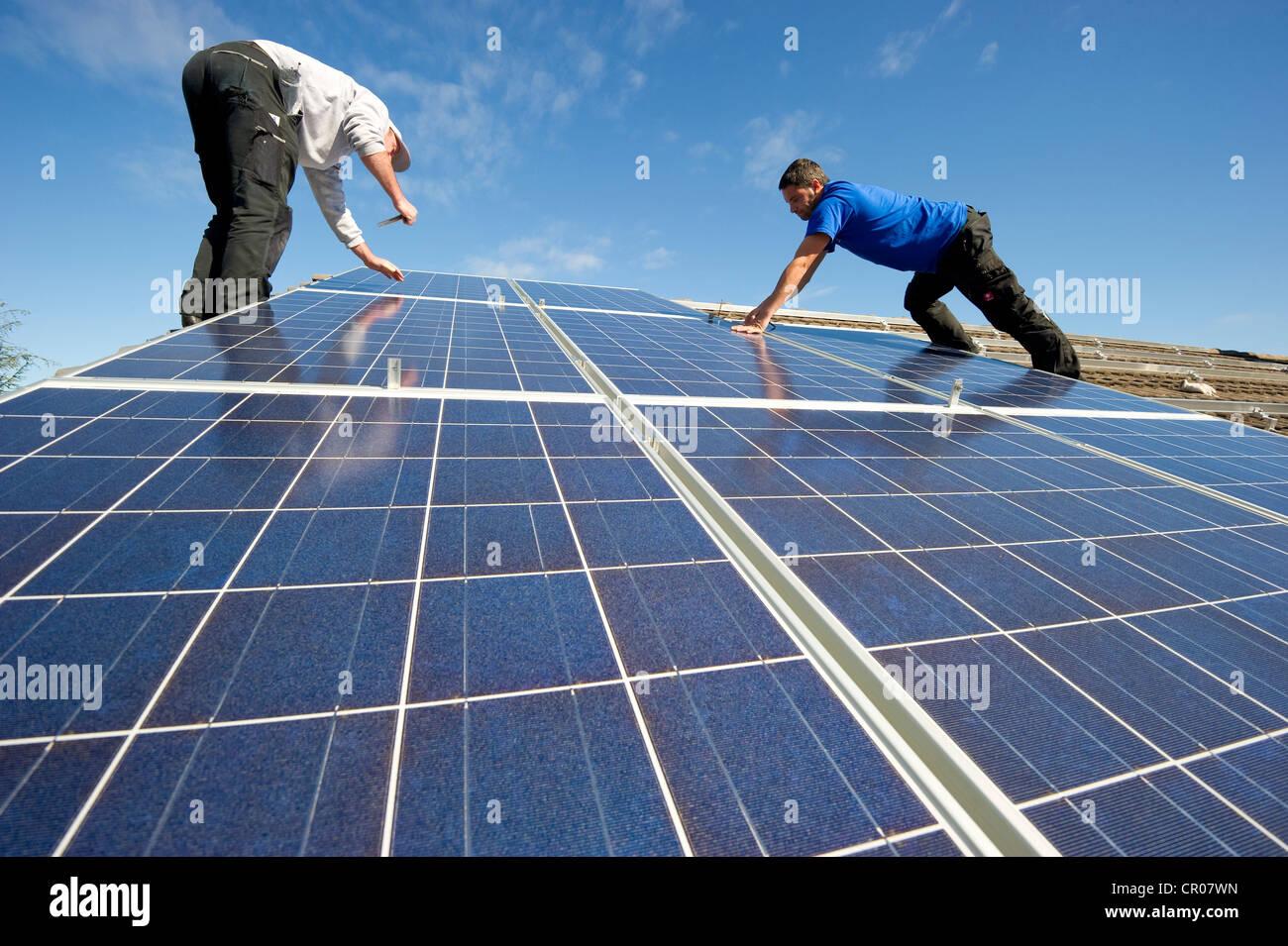 Instalación de paneles solares cerca de Friburgo de Brisgovia, Baden-Wurtemberg, Alemania, Europa Imagen De Stock