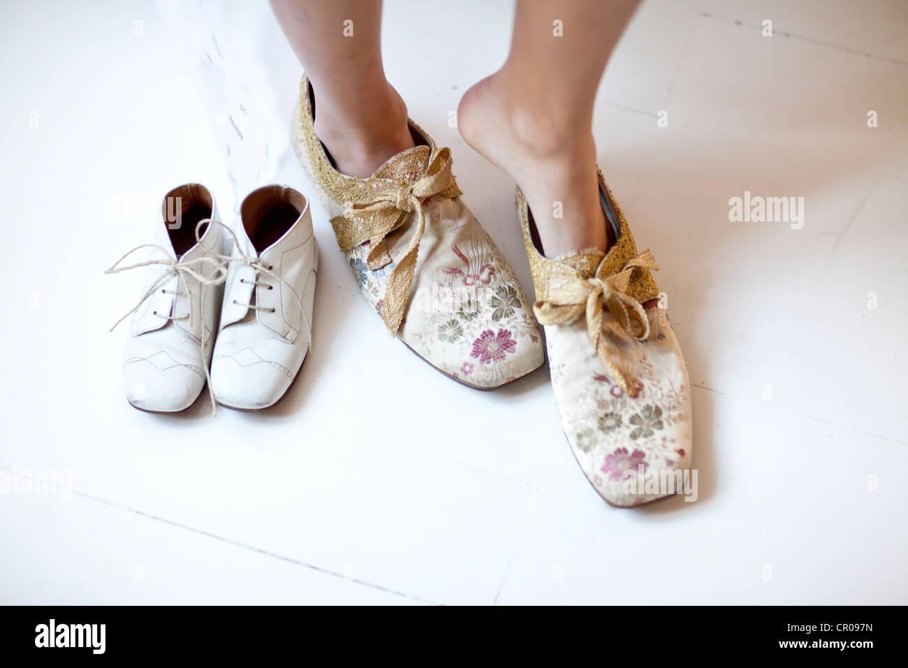 Mujer poniendo en zapatos florales Imagen De Stock