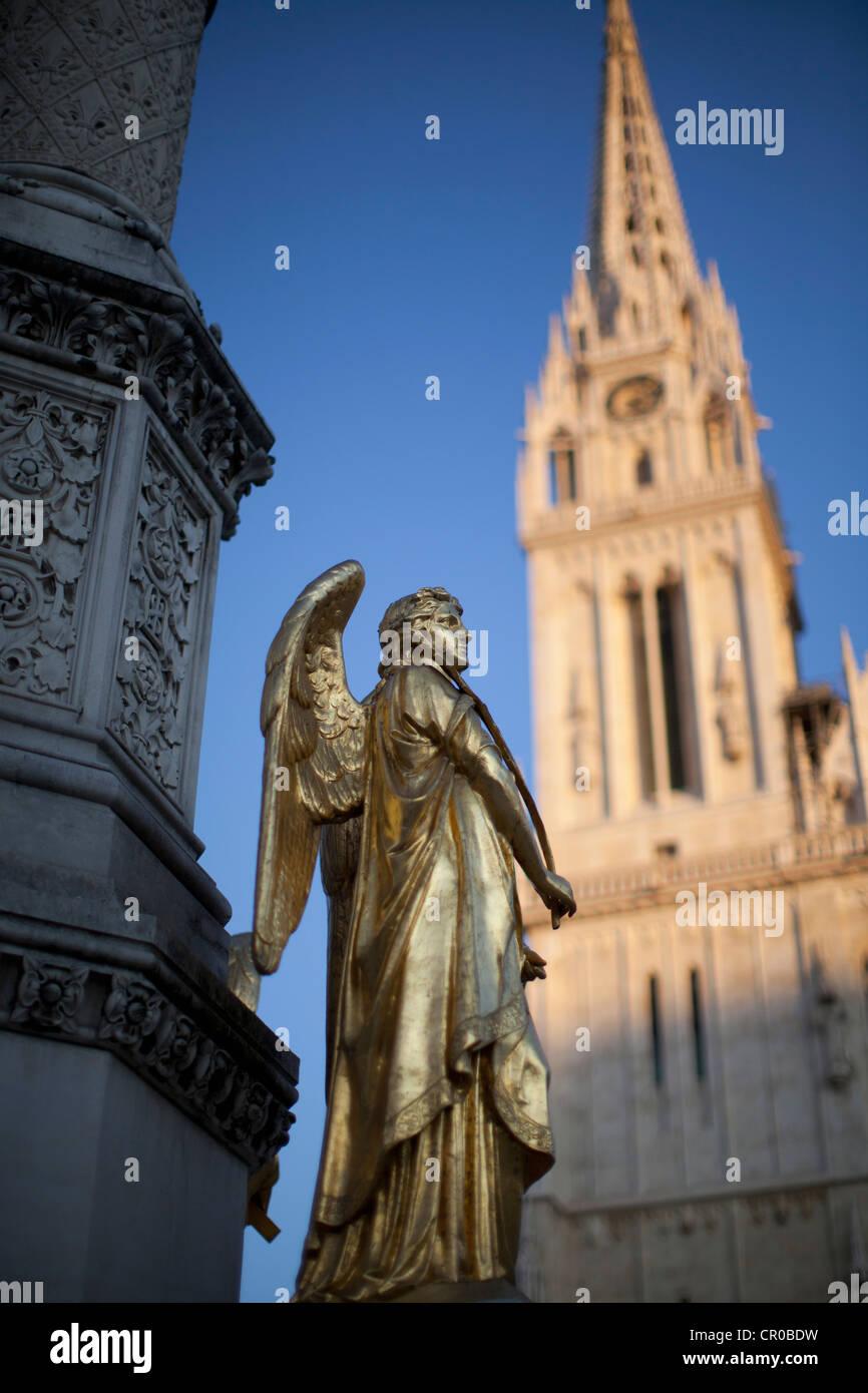 Estatua en la plaza de la ciudad adornados Imagen De Stock