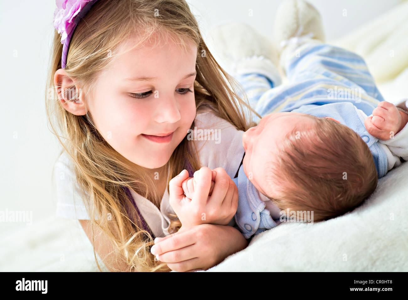 Una chica y un bebé, 1 mes Imagen De Stock