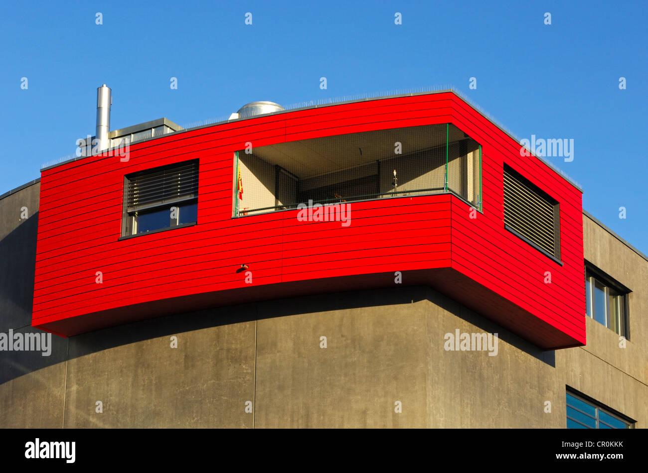 Fachada, apartamento de esquina con balcón y paneles de madera roja, College Sismondi, Ginebra, Suiza, Europa Imagen De Stock
