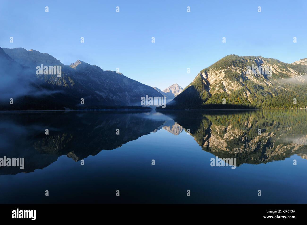 Lago Plansee, Alpes Ammergau, montañas Ammergebirge, mirando hacia la montaña Lechtal Thaneller en los Imagen De Stock