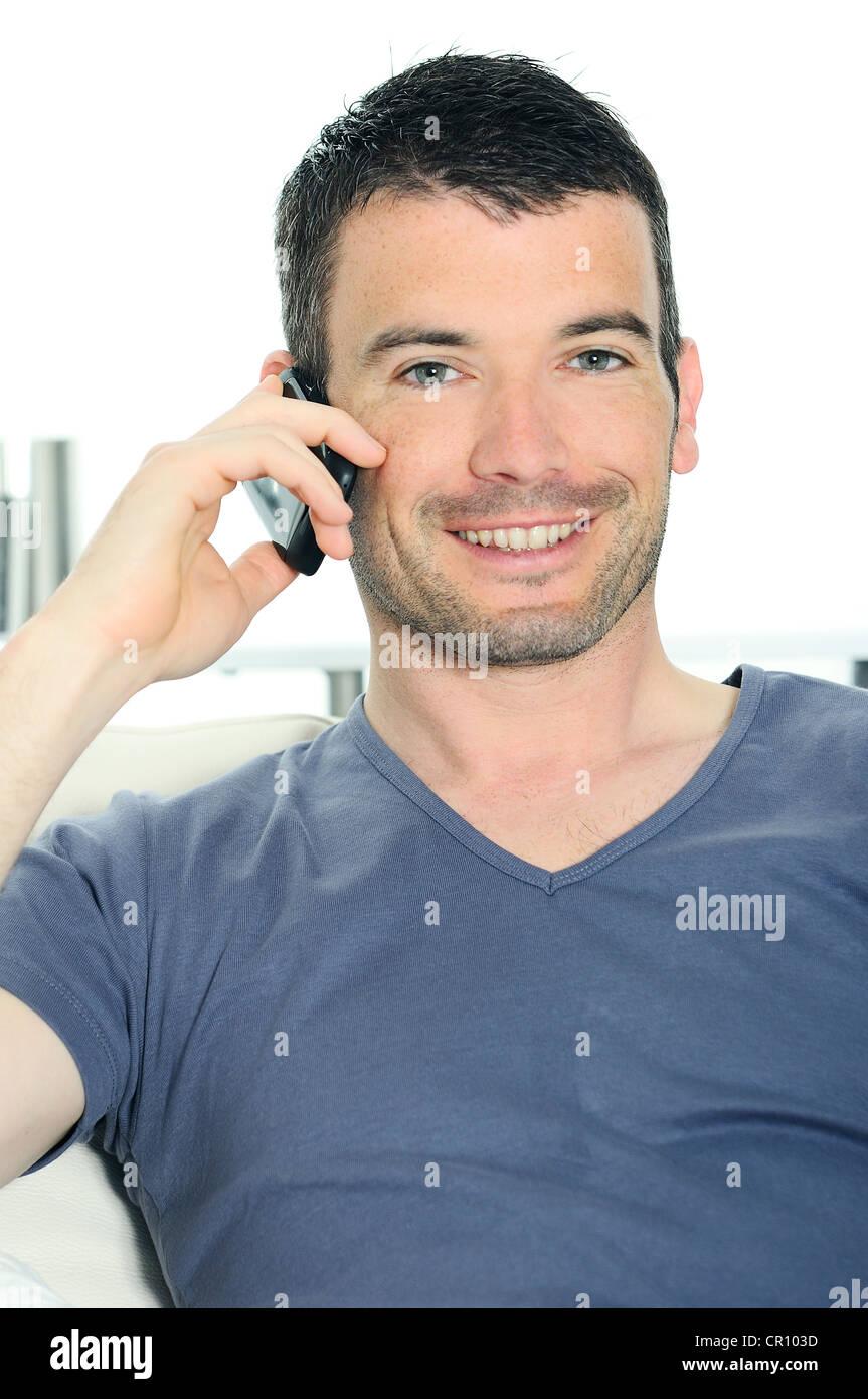 El hombre tranquilo con tener una comunicación con un cellephone Imagen De Stock
