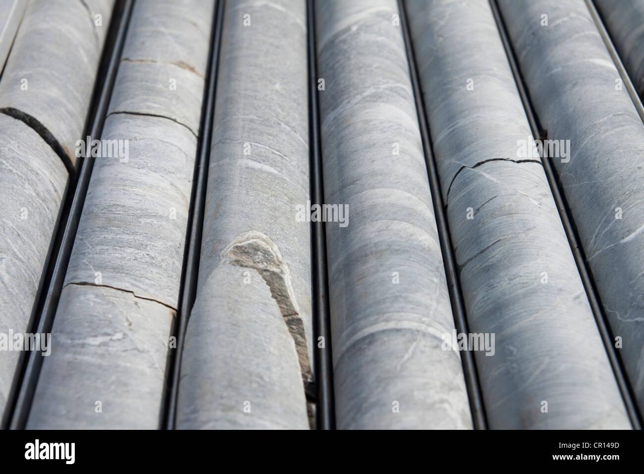 Núcleo de perforación al diamante se alinearon durante la campaña de perforación de exploración Foto de stock