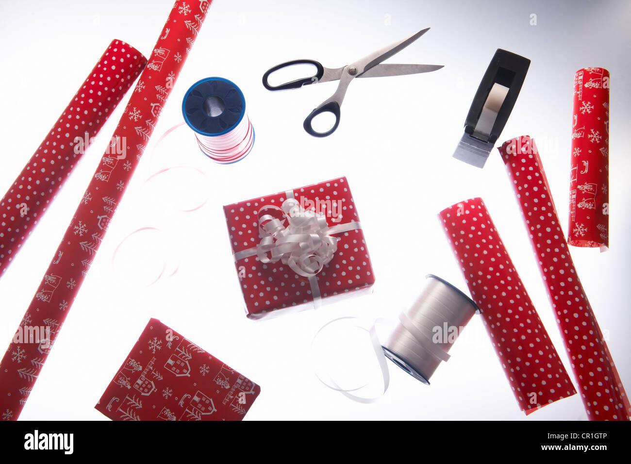 Navidad papel de embalaje y la cinta Imagen De Stock