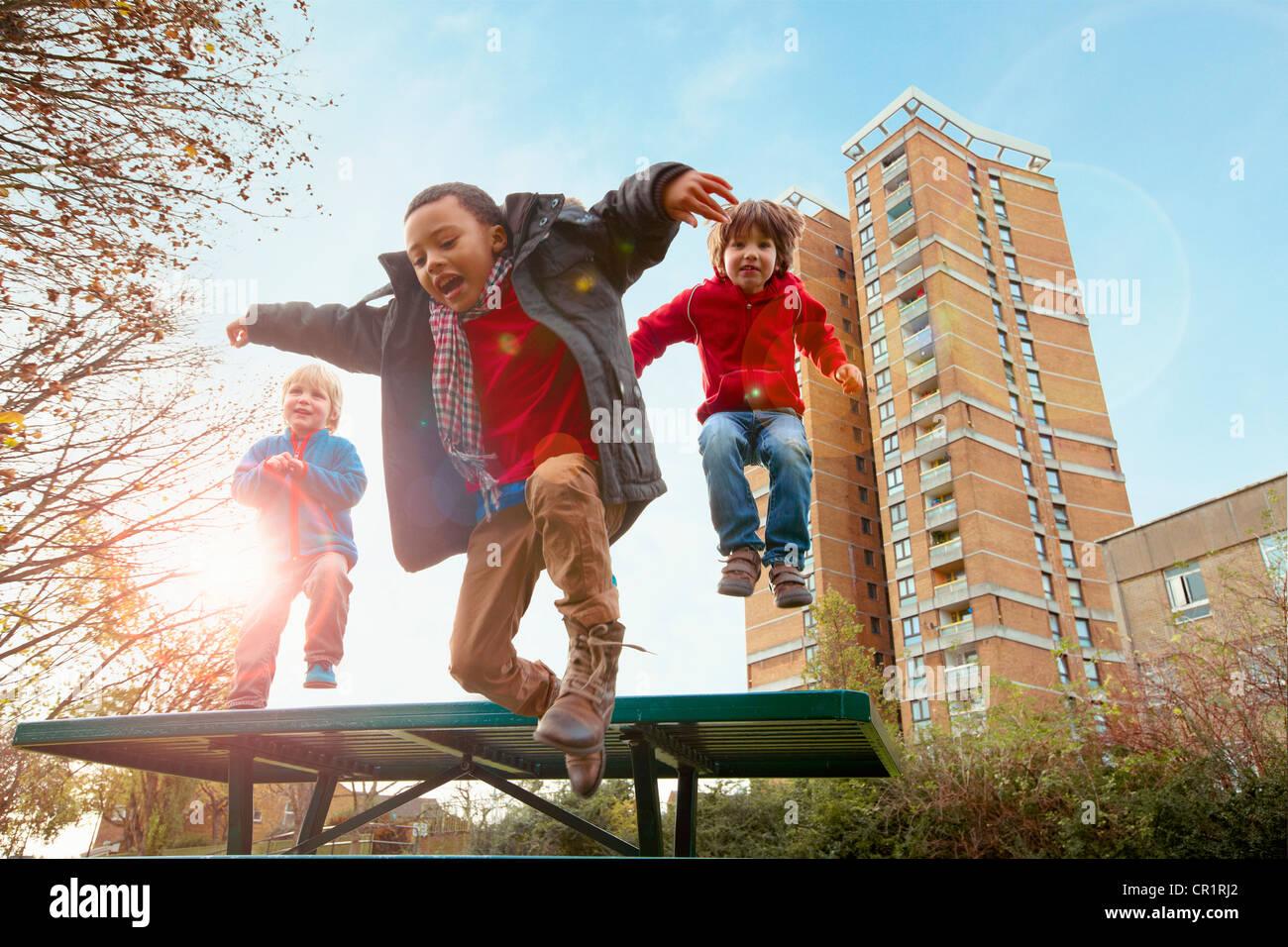 Los niños saltando de alegría en el parque Imagen De Stock