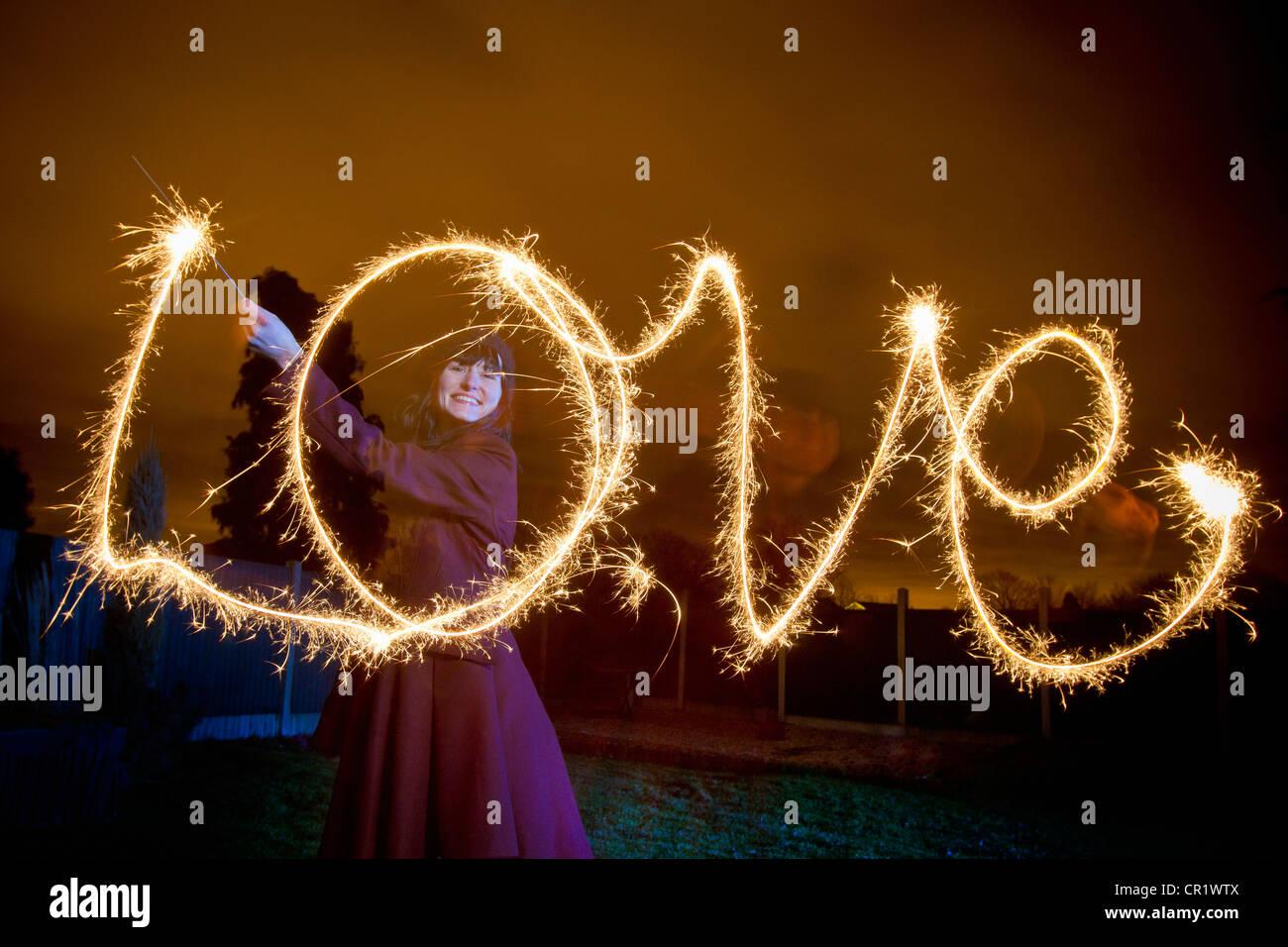 Mujer escrito el amor con bengala Foto de stock