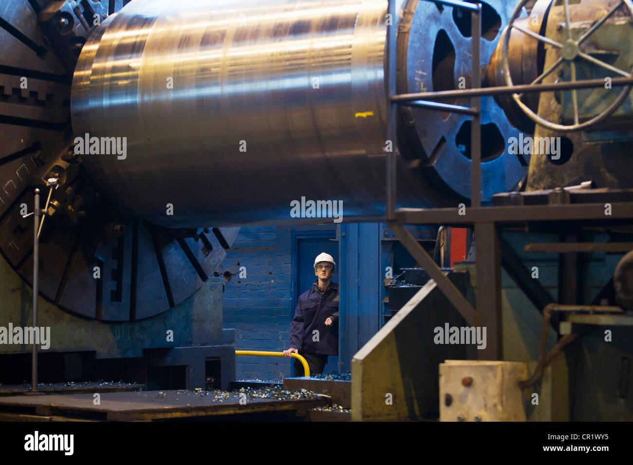 Trabajador con maquinaria en acero forge Imagen De Stock