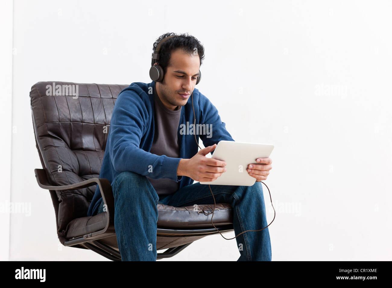 El hombre escucha de tablet pc Imagen De Stock