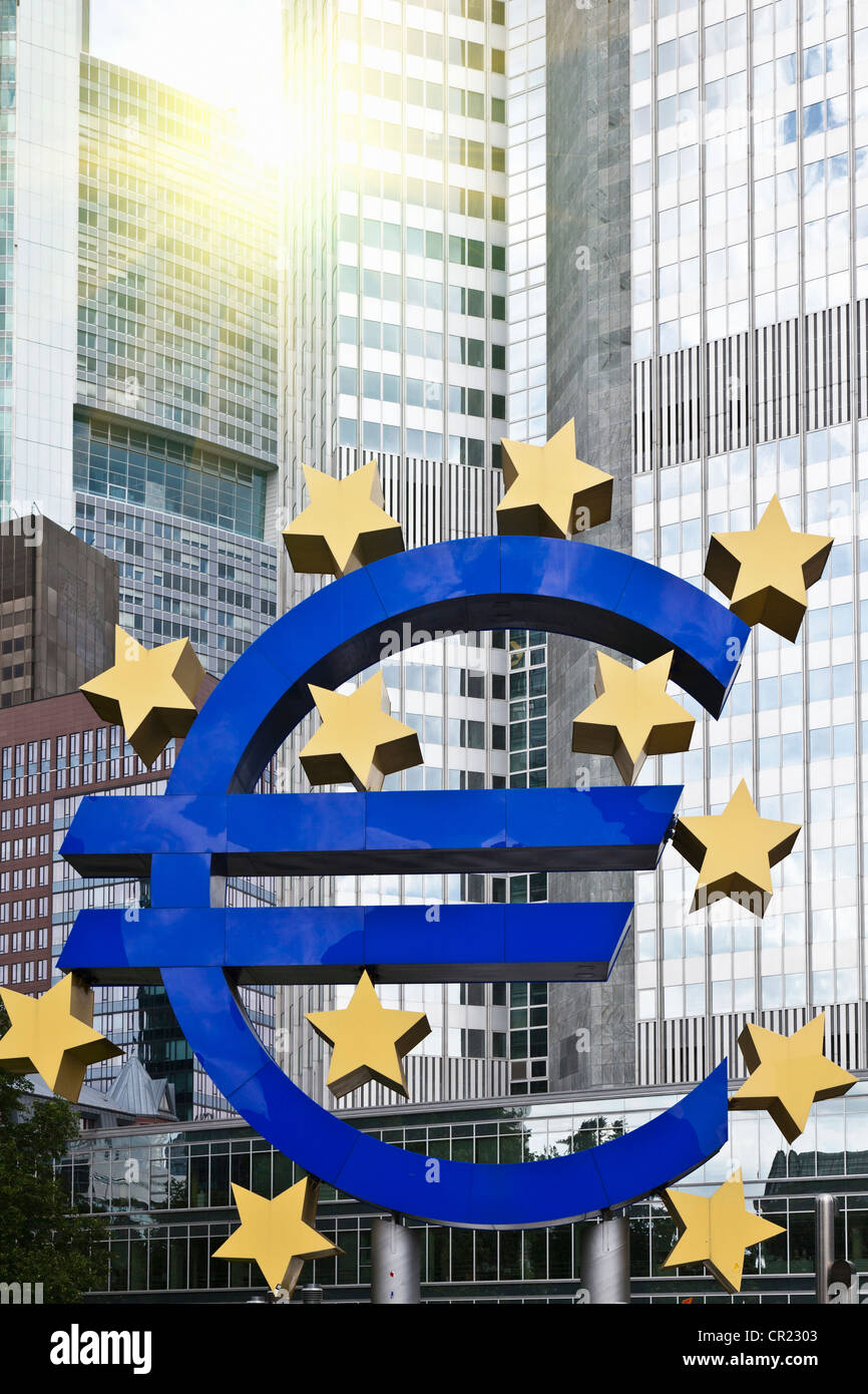 Escultura del símbolo del euro en el centro de la ciudad. Imagen De Stock