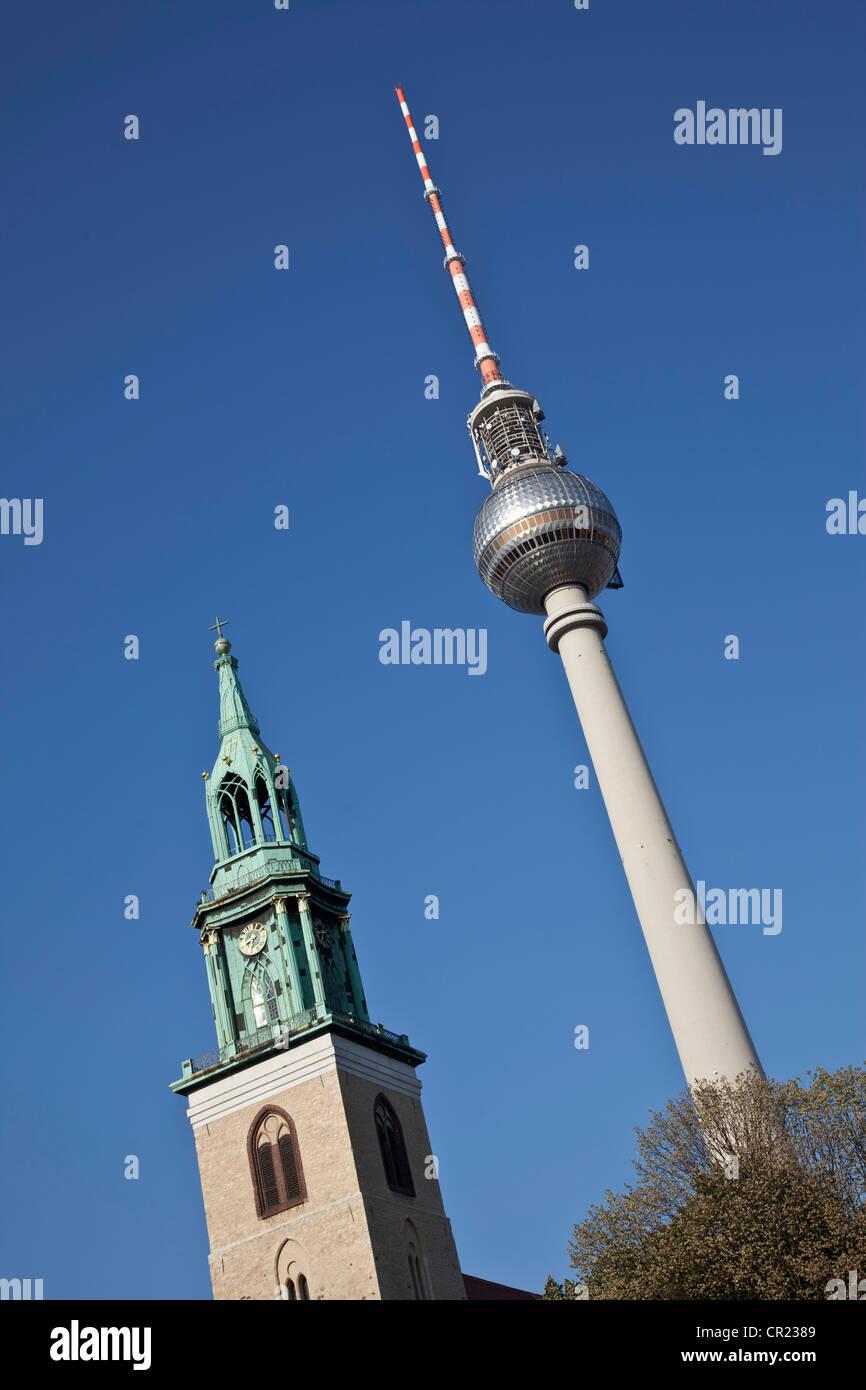 Torre de control del tráfico aéreo en el cielo azul Foto de stock