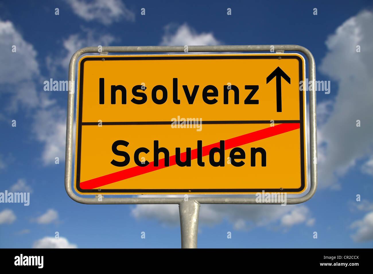 Señal de carretera alemana y la bancarrota de la deuda con el cielo azul y las nubes blancas Foto de stock