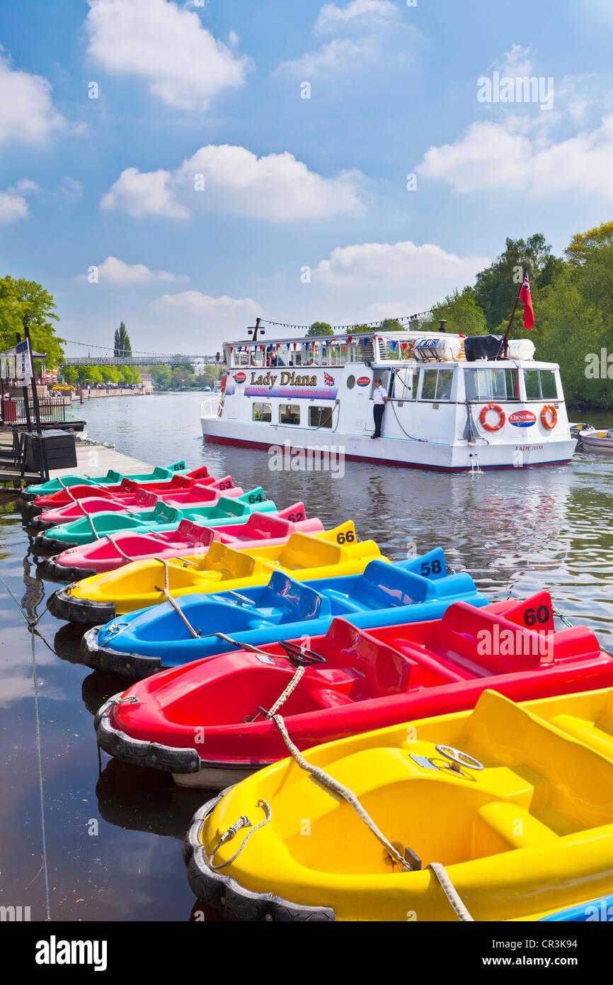 Patines y un crucero viaje en barco por el río Dee Chester, Cheshire, Inglaterra, Reino Unido GB Europa UE Imagen De Stock