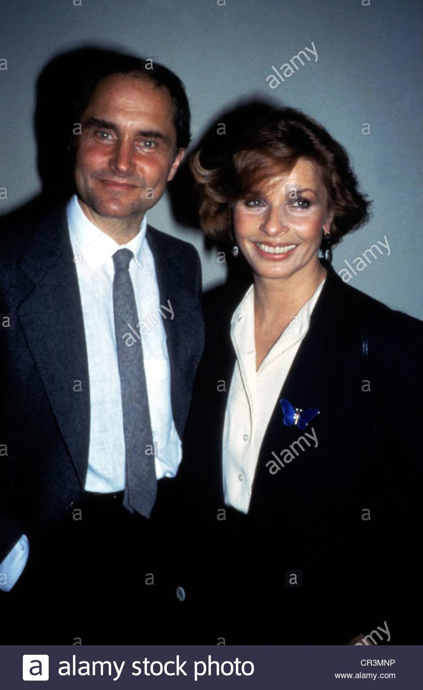 , Senta Berger, * 13.5.1941, actriz austríaca, de longitud media, con Michael Verhoeven, 1980, empate, riendo, Imagen De Stock