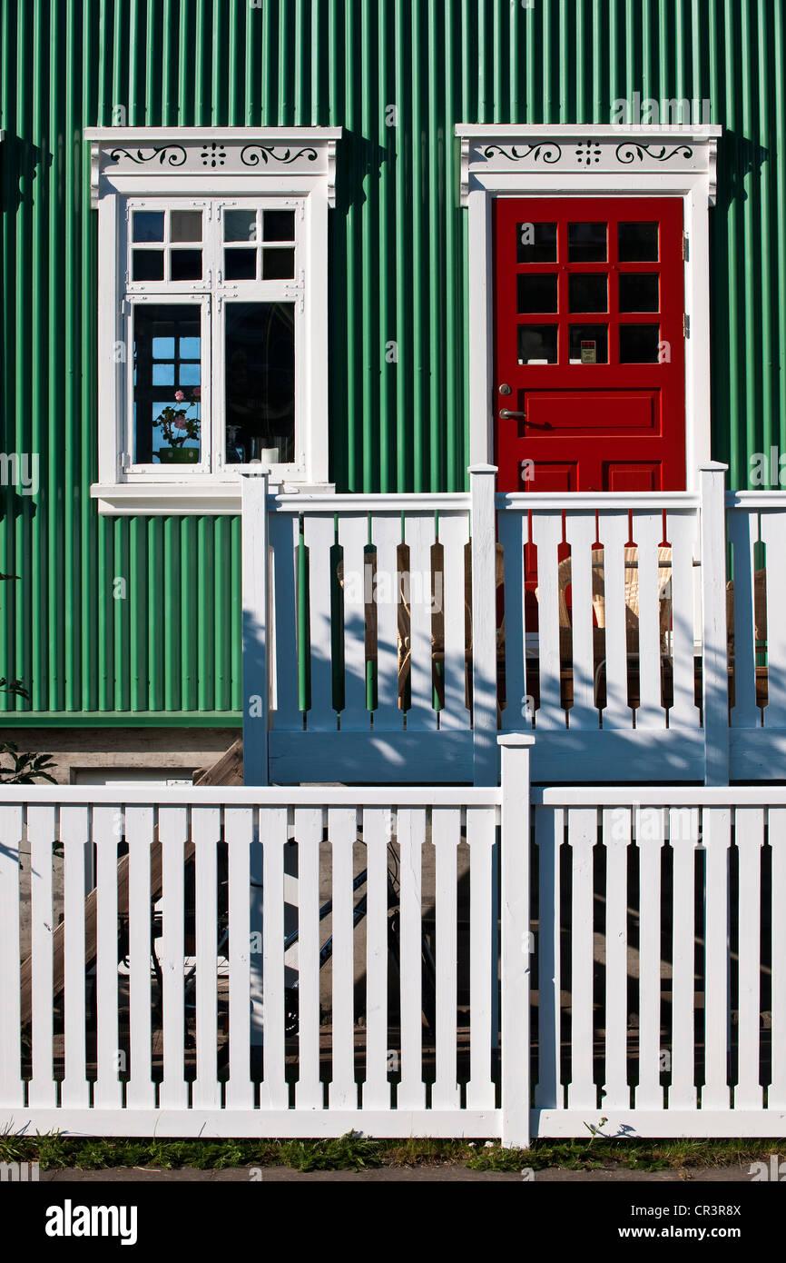 Islandia, Reykjavik, con fachada de madera y láminas de hierro Casa Imagen De Stock