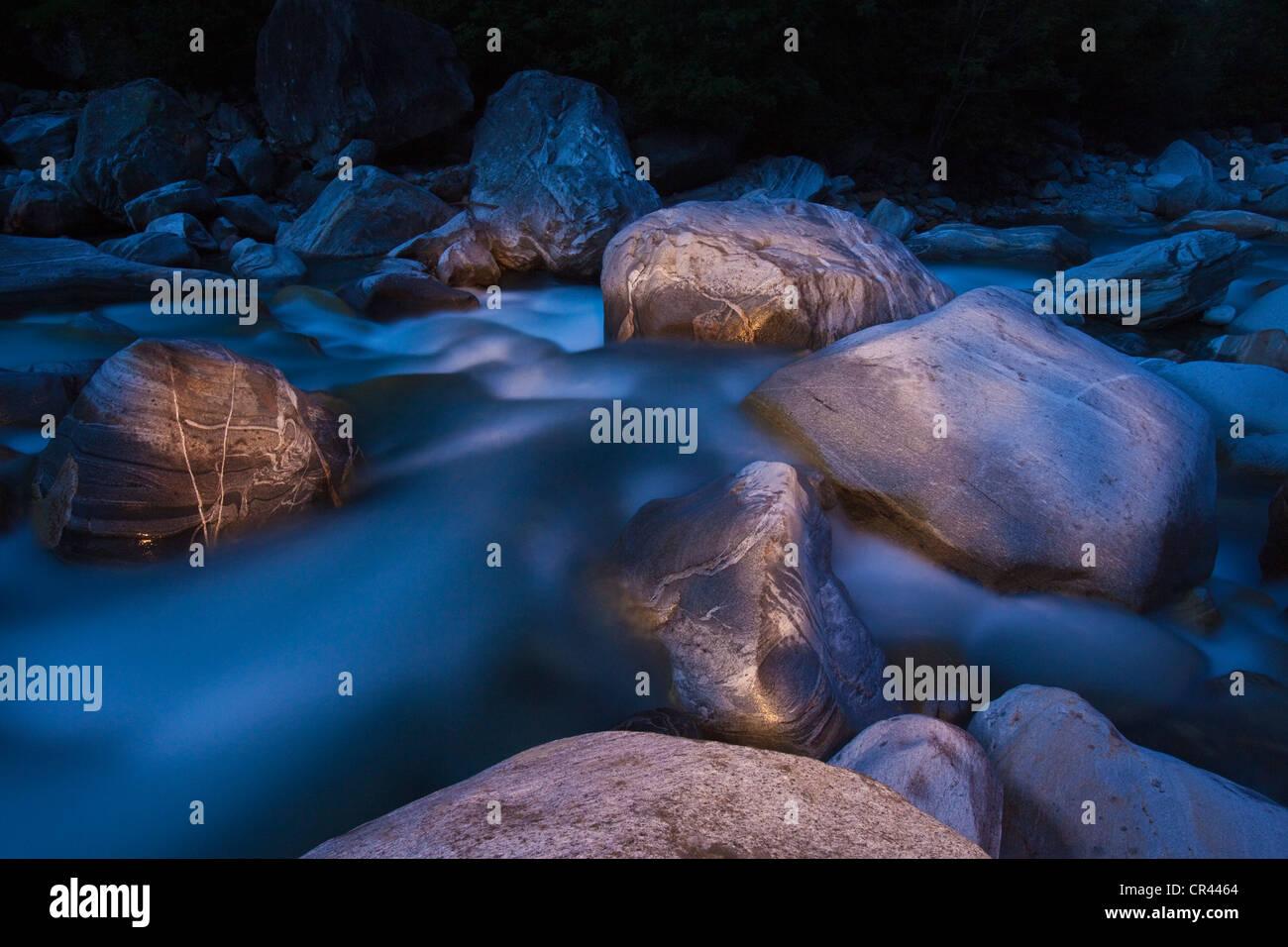 Suiza, en el cantón de Ticino, agua y rocas en el Valle de Verzasca Foto de stock