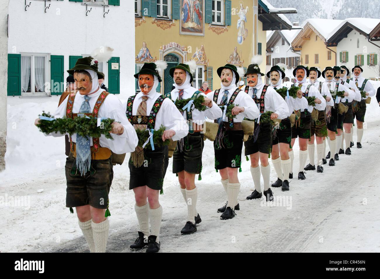 Los hombres con campanas, tradicionales trajes de carnaval, desfile de carnaval, Maschkera, Mittenwald, Werdenfelser Imagen De Stock