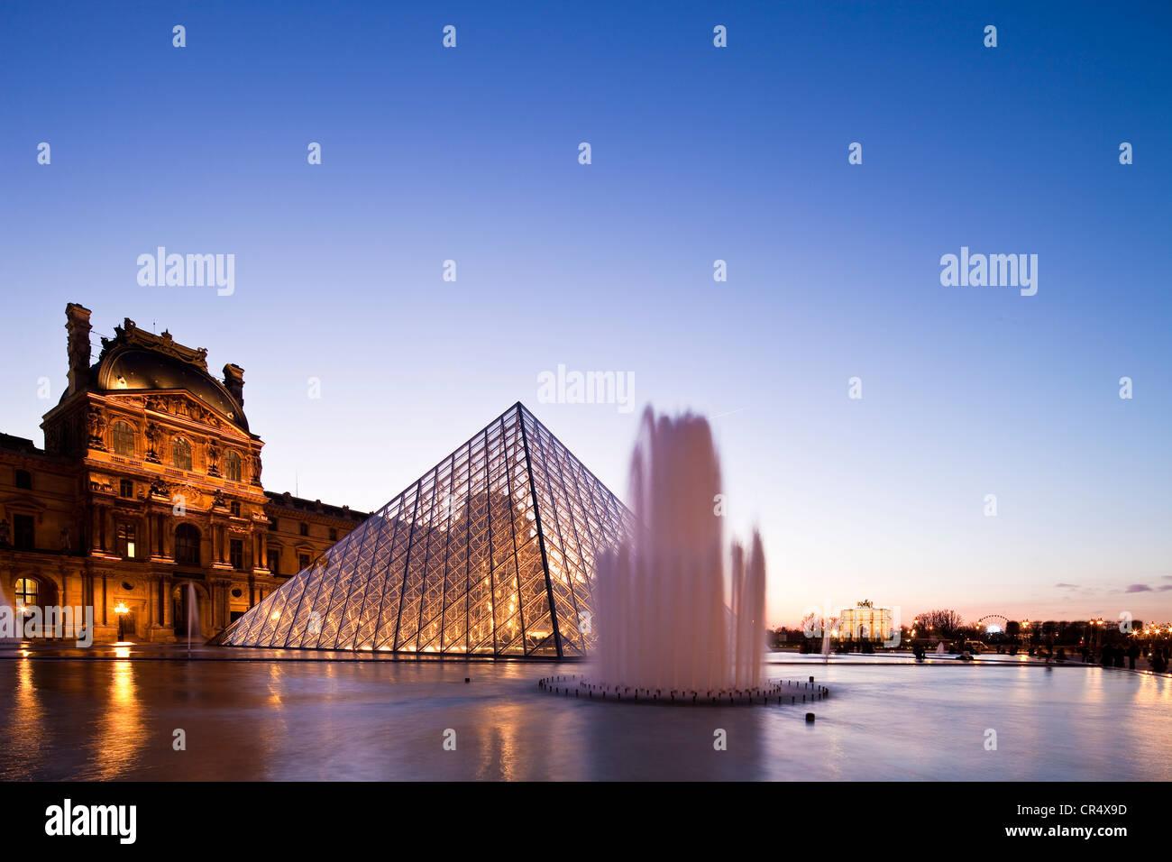 Francia, París, Museo del Louvre y la pirámide por el arquitecto Ieoh Ming Pei en la Cour Napoleón, iluminación por Claude Engle Foto de stock