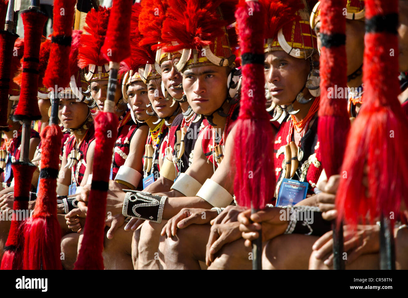 Los guerreros de la tribu Yimchunger esperando para realizar danzas rituales en el Festival de Bucero, Kohima, Nagaland, Imagen De Stock