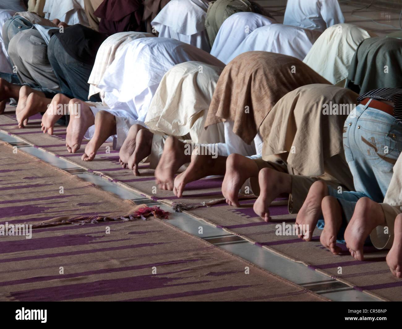 Los musulmanes rezando en Jama Mashid en Lahore, una de las mezquitas más grandes de Asia, Punjab, Pakistán, Asia Foto de stock