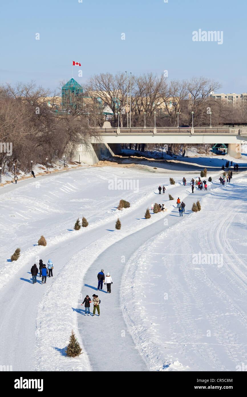 Canadá, la provincia de Manitoba, Winnipeg, las horquillas, pista de patinaje sobre hielo en el Río Rojo del Norte congelada en invierno, los patinadores Foto de stock