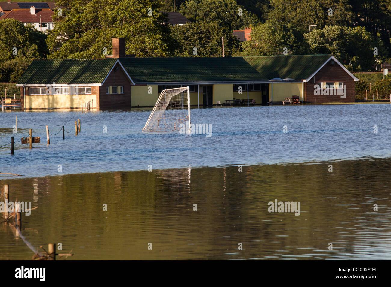 Un campo de deportes inundada en Aberystwyth, Gales, después de fuertes lluvias. Imagen De Stock