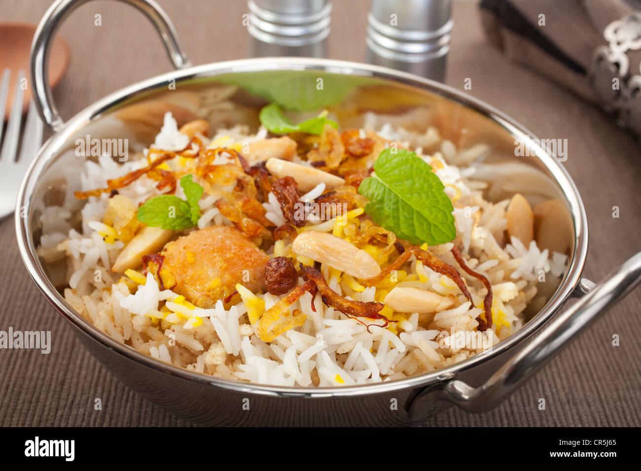Ocasión Especial Plato indio, pollo biryani es aderezado con cebolla frita crujiente, pasas de uva, almendras Imagen De Stock