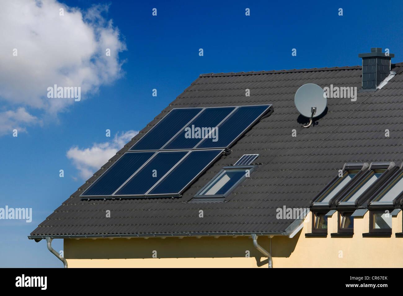 Edificio residencial con paneles solares para calentar agua en el techo, el calor solar, Bonn, Renania del Norte Imagen De Stock