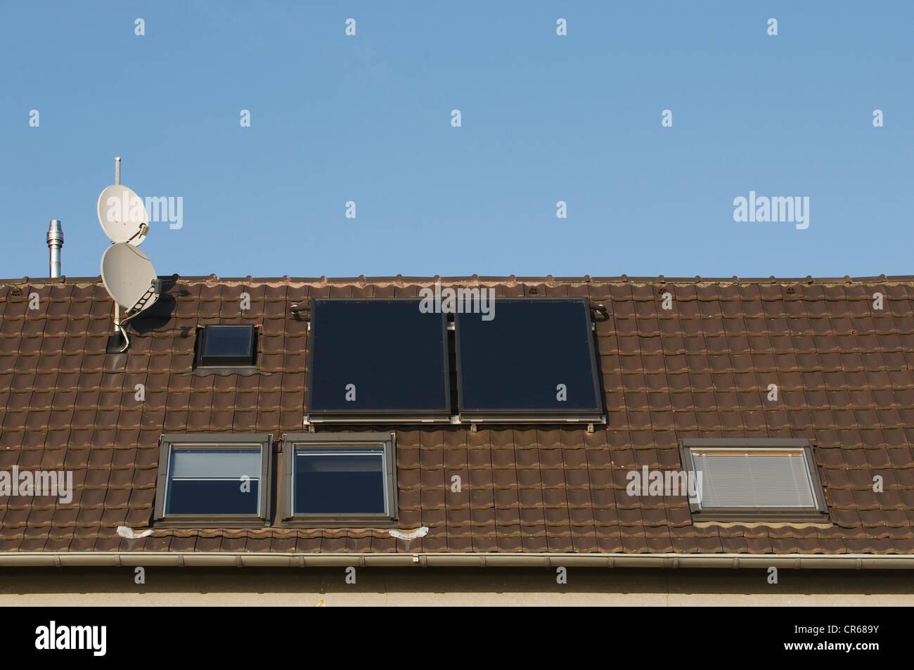 Techo con ventanas de techo, antenas parabólicas y paneles solares térmicos, la inversión en propiedad, Imagen De Stock