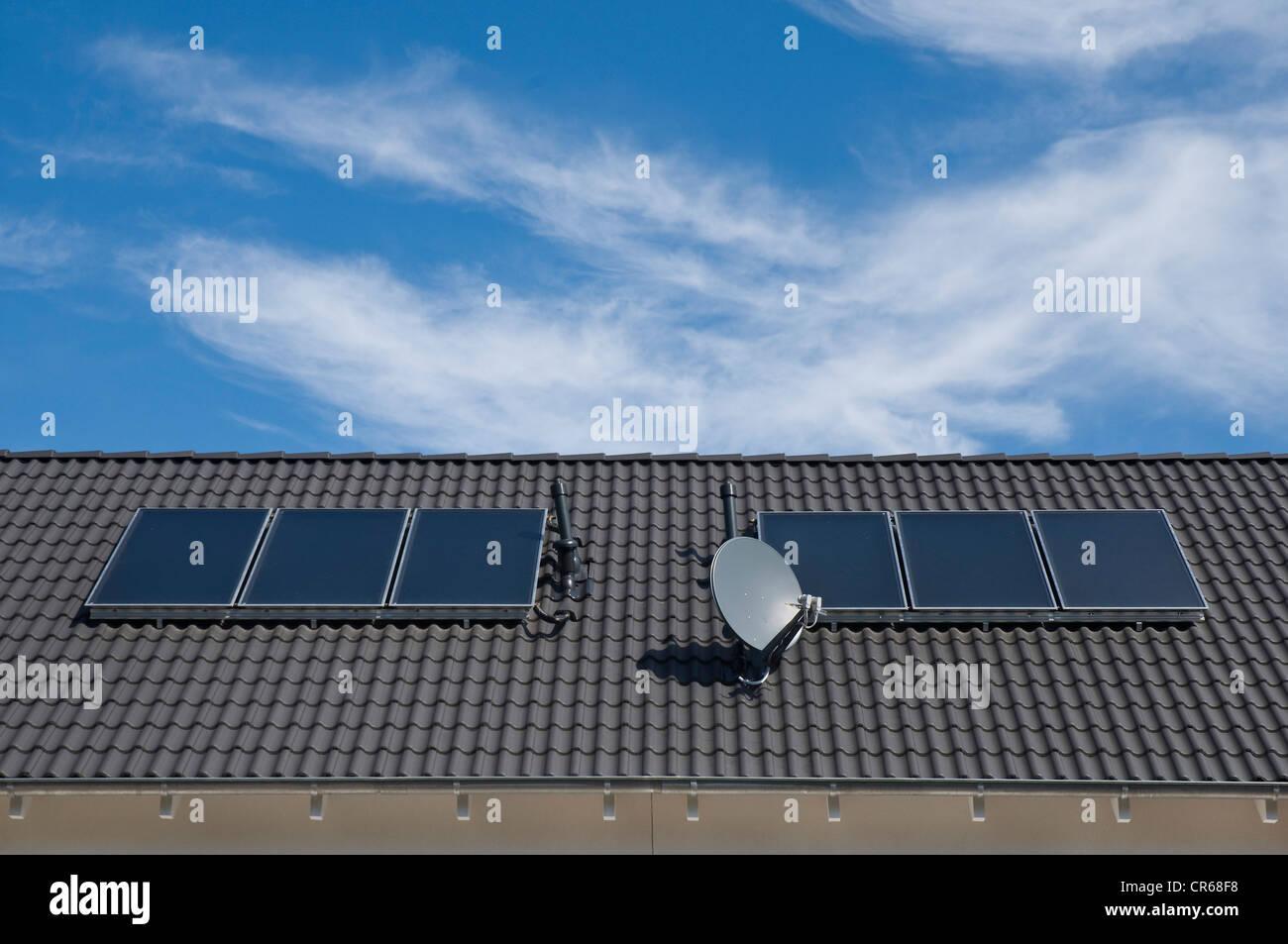 Paneles solares para calentar agua, áreas de absorción en un tejado de un edificio de apartamentos, PublicGround Imagen De Stock