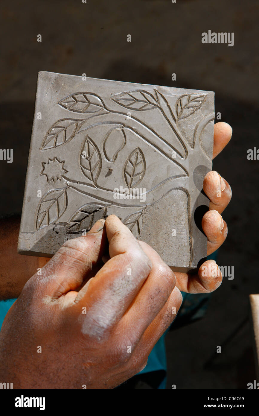 Adorno esculpido en una placa decorativa, la fabricación de cerámica, Bamessing, Camerún, África Imagen De Stock