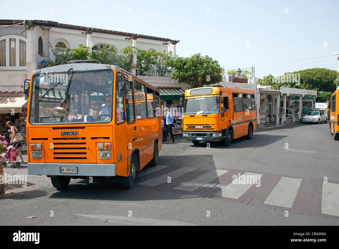 Los autobuses en Anacapri, Capri, en el Golfo de Nápoles, región de Campania, Italia, Europa Imagen De Stock