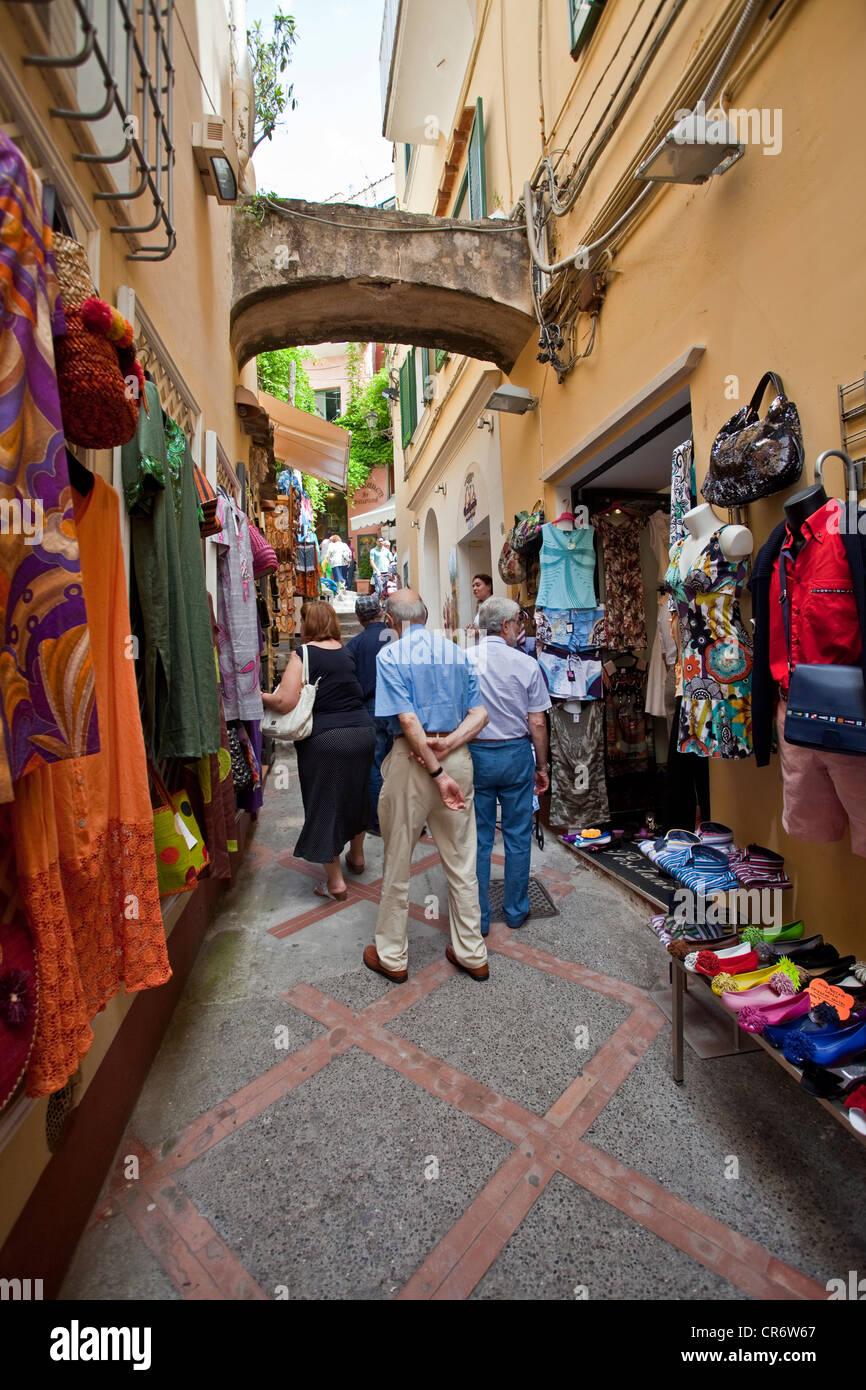 La moda de fama mundial , conocido como moda, tiendas en las callejuelas de la ciudad vieja, , en la costa de Amalfi, Imagen De Stock