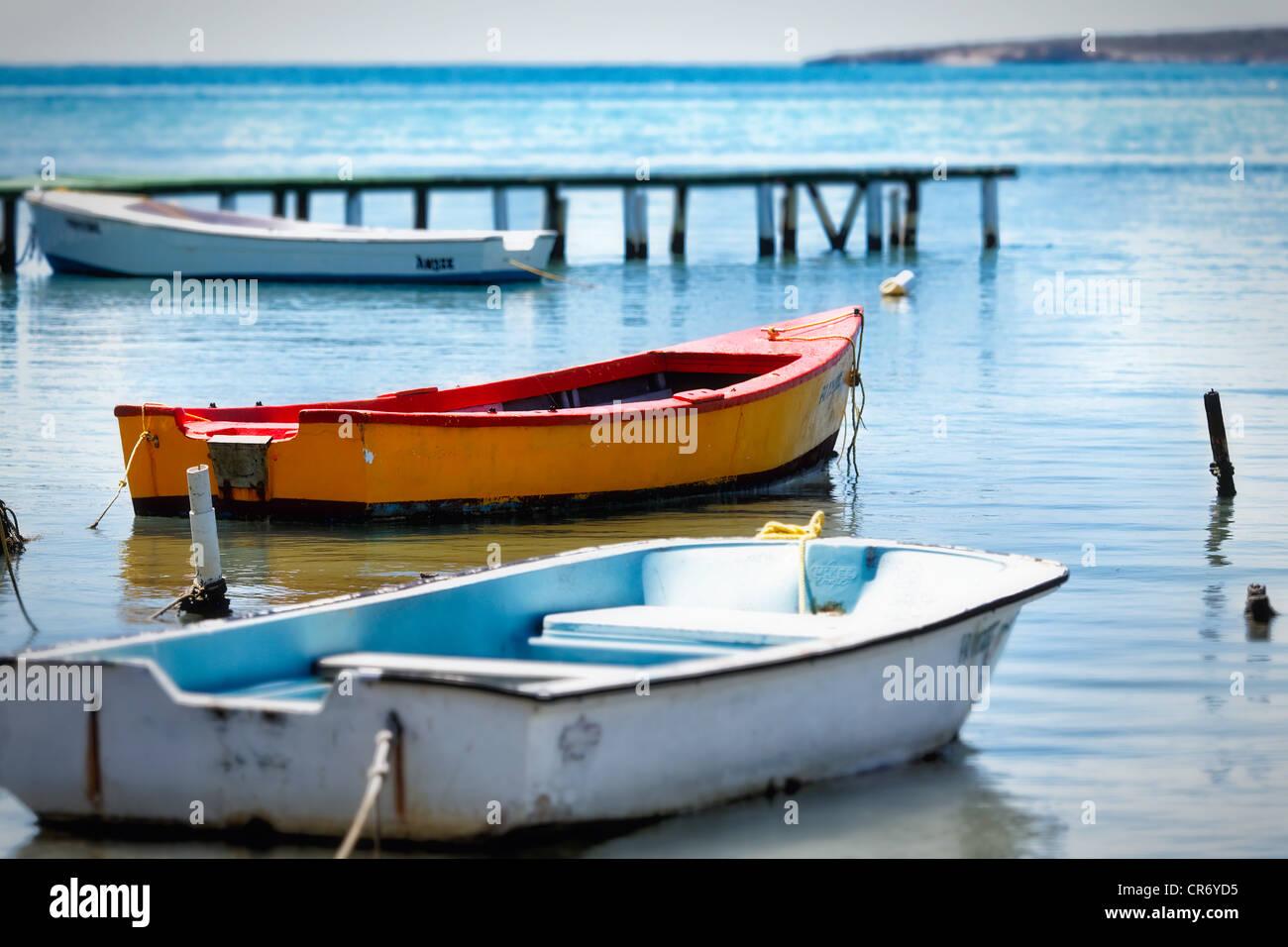 Los pequeños barcos pesqueros amarrados en una bahía, Cana Gorda, Guánica, Puerto Rico Imagen De Stock