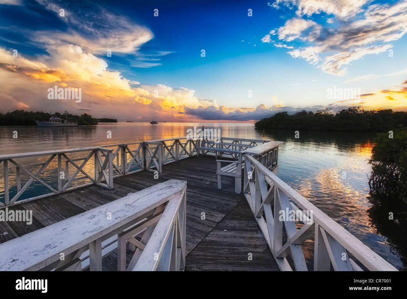 Muelle de madera con la puesta de Sol, La Parguera, Puerto Rico Imagen De Stock