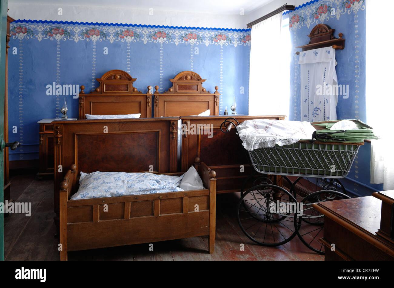Dormitorio, delante cuna y cochecito de bebé, 1935, Teacher's apartamento en un edificio escolar de Pfaffenhofen, Imagen De Stock