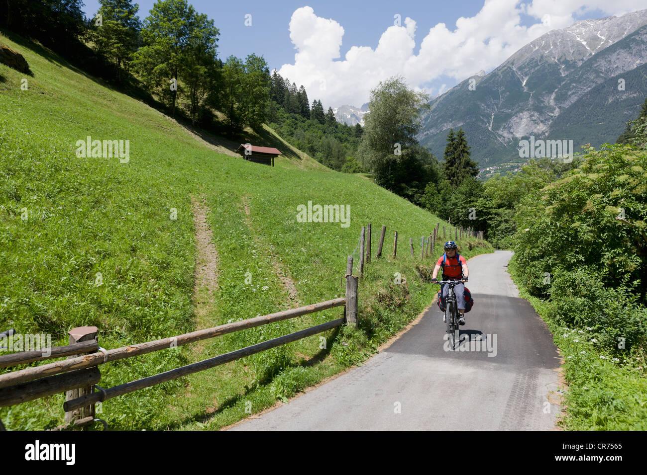 Austria, hombre maduro el ciclismo a través de vía única Foto de stock