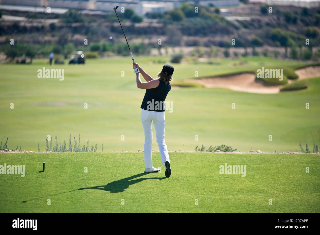 Chipre, Mujer jugando al golf en el campo de golf Imagen De Stock