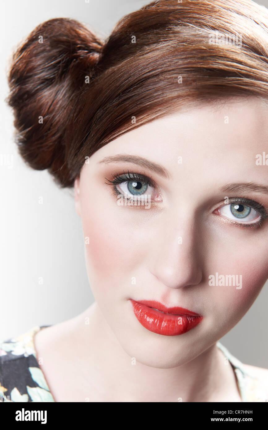 Vintage Style retrato de modelo con el pelo rojo atado en un moño Foto de stock
