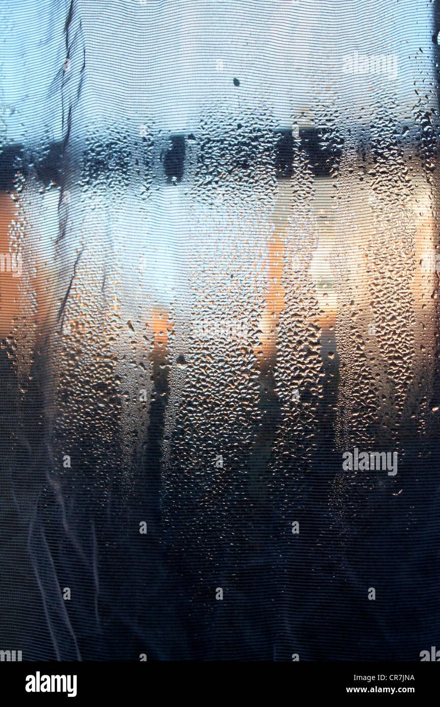 Resumen/fotografía artística - una ventana con condensación Foto de stock