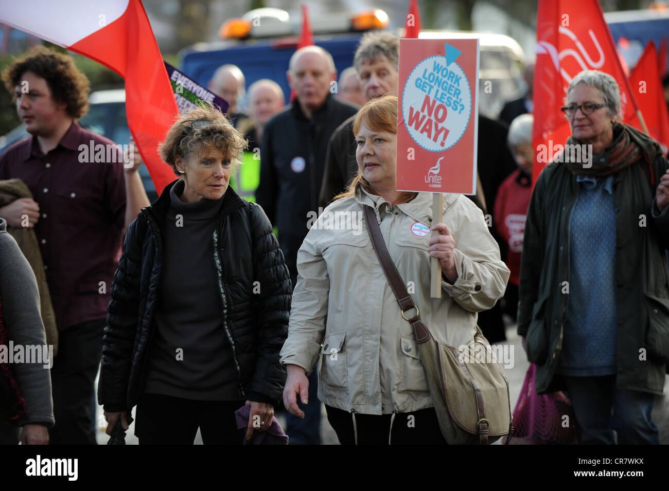 Los trabajadores del sector público tomando parte en un día de huelga para defender sus derechos de pensión la cabeza a un mitin en el nivel en Brighton Foto de stock