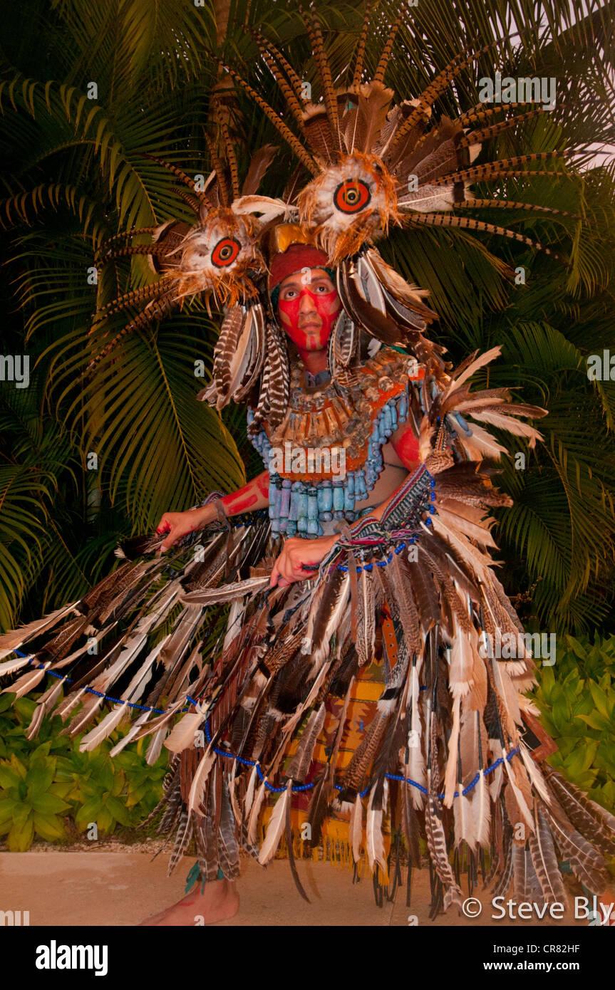Un fokllore Maya ritual es realizado por un ejecutante en la vestimenta tradicional maya, Riviera Maya, México Imagen De Stock