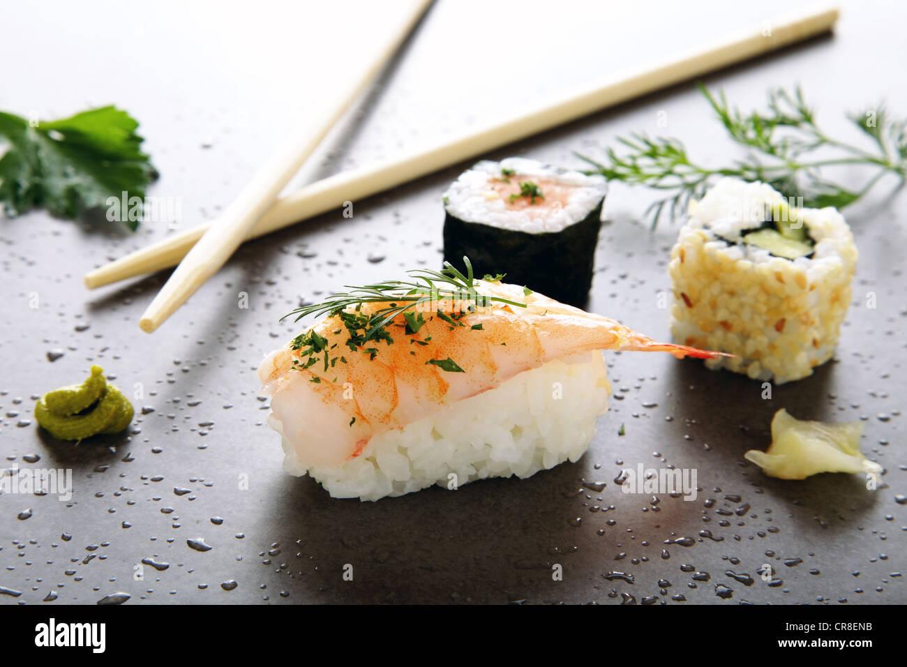 Surtido de sushi con jengibre y wasabi sobre una superficie de piedra Imagen De Stock