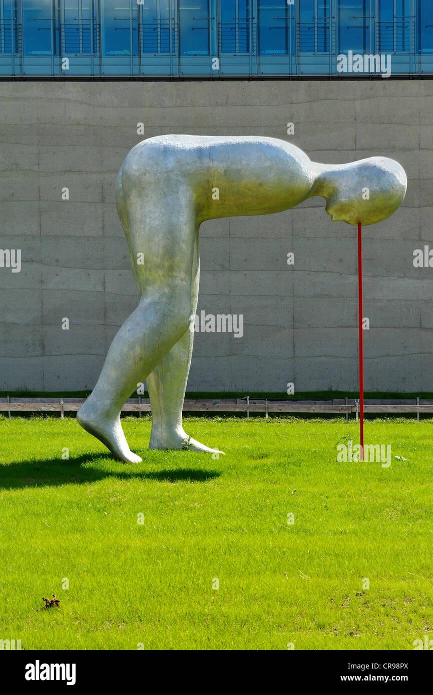 La escultura 'presente continuo' por Henk Visch, en frente del nuevo edificio de la Academia de Cine y Televisión Imagen De Stock