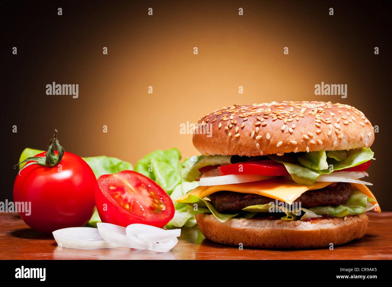 Hamburguesa tradicional y hortalizas bodegón Imagen De Stock