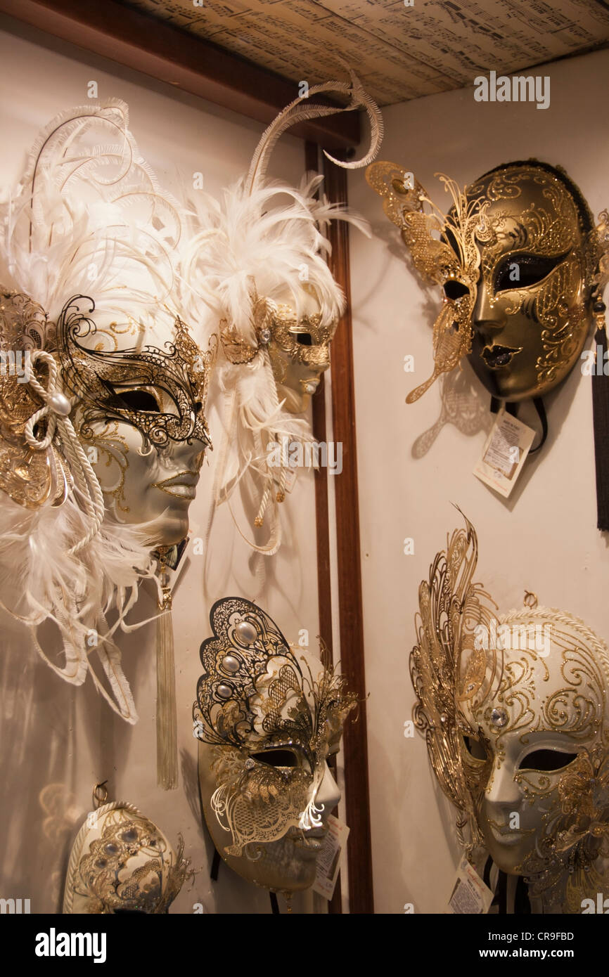 Bellas máscaras venecianas para la venta en un mercado de tienda ...