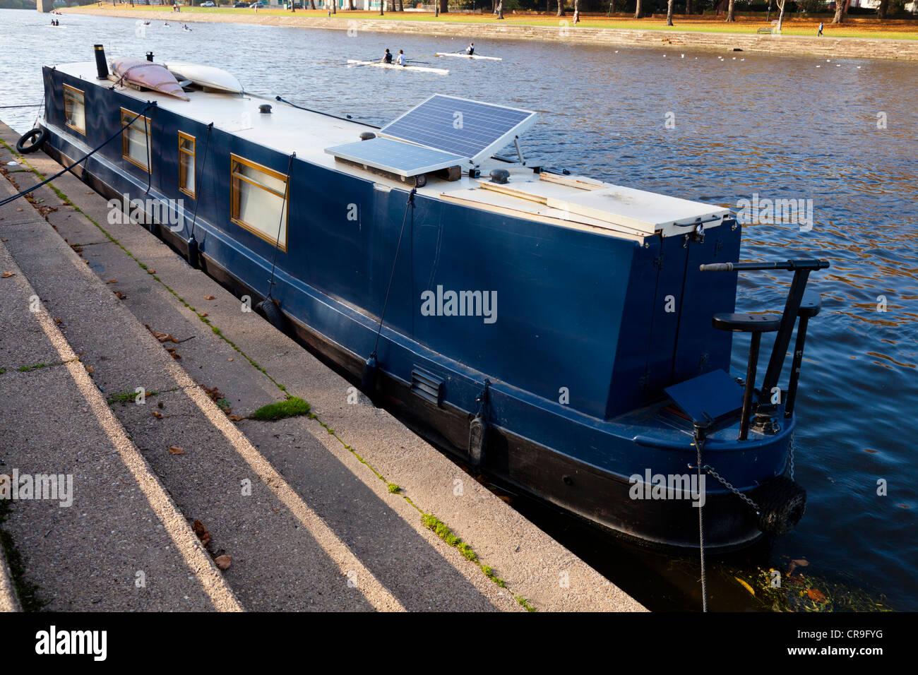 Narrowboat con un panel solar, el río Trent, Nottinghamshire, Inglaterra, Reino Unido. Imagen De Stock
